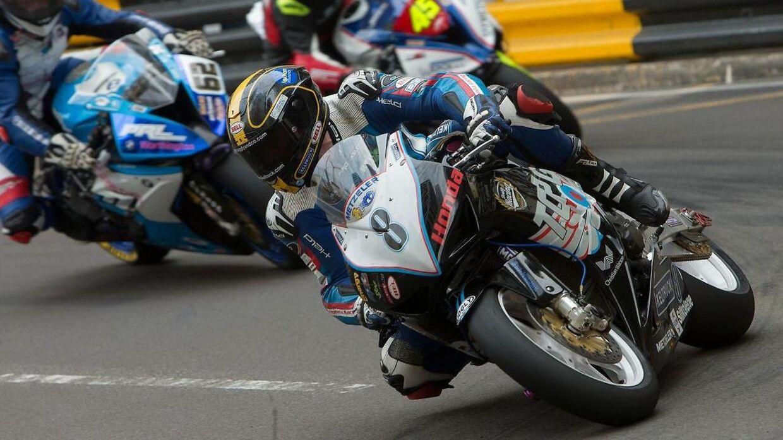 Daniel Hegarty forrest på sin motorcykel ved Macau Grand Prix.