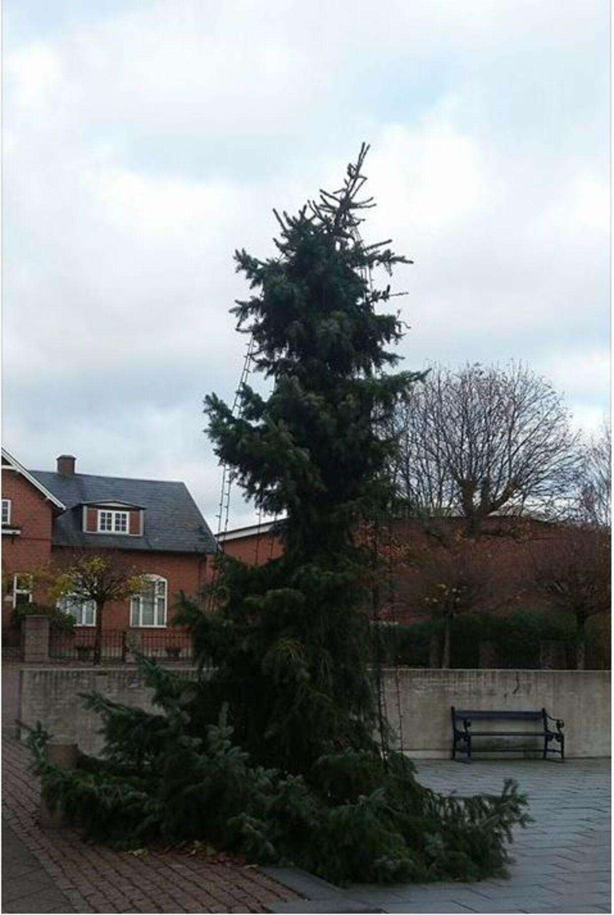 Sådan så juletræet i Aars ud i 2017. Borgerne var mildest talt ikke tilfredse.