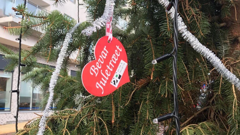 Først lød meldingen, at juletræet skulle skiftes ud, men efter at mange lokale har ytret ønske om at beholde det, har Handelsstandsforeningen valgt at lade træet blive.
