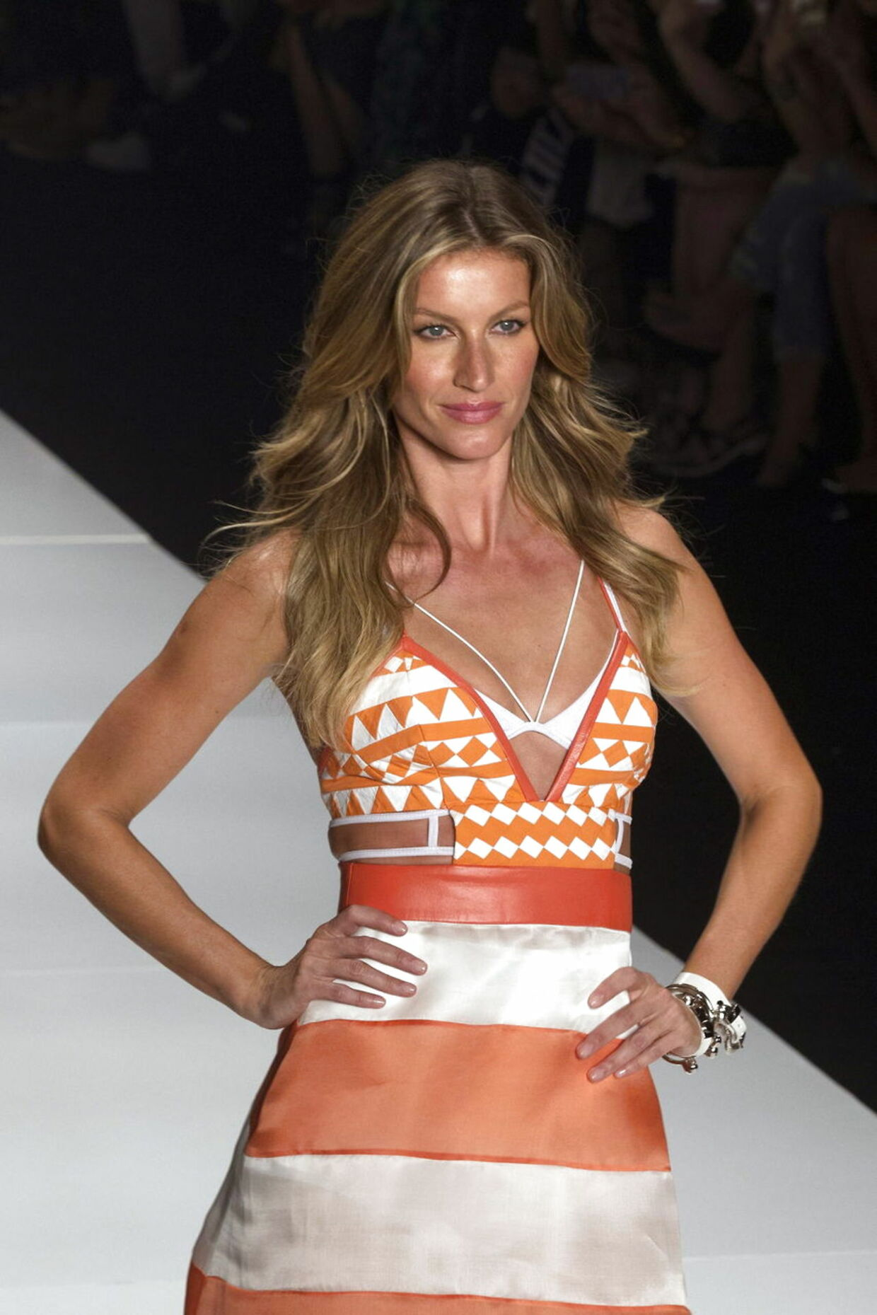 epa04706486 Brazilian model Gisele Bundchen presents a creation by fashion brand Colcci during the Sao Paulo Fashion Week Summer 2016 at the Candido Portinari Park, in Sao Paulo, Brazil, 15 April 2015. Buendchen, 34, announced her retirement from the runway after the Sao Paulo Fashion Week. EPA/SEBASTIAO MOREIRA