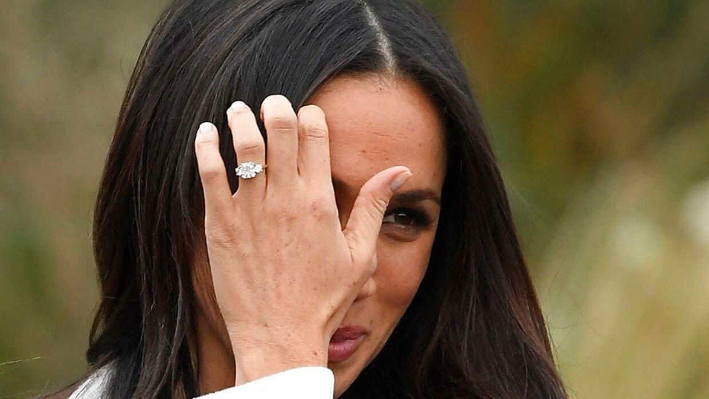 Meghan Markle stillede sammen med sin forlovede, Prins Harry, op til fotografering mandag eftermiddag. Her viste hun med et stort smil sin ring frem.
