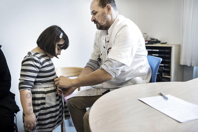 """6-årige Shanessa Maghsoud er overvægtig og i gang med et behandlingsforløb efter """"Holbæk-modellen"""" på Holbæk Sygehus. Her er hun med sin mor Blety Shabaz til konsultation hos Jens-Christian Holm, overlæge i pædiatri (børnesygdomme)."""