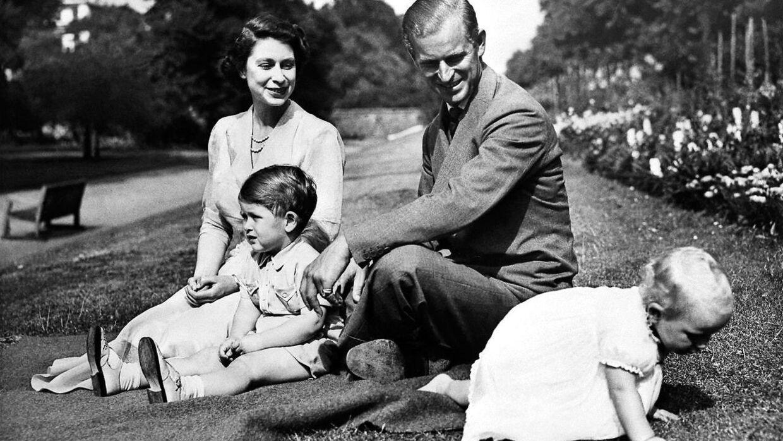 Familieidyl på plænen. Dronning Elizabeth, prins Philip med sønnen Charles og datteren Anne.