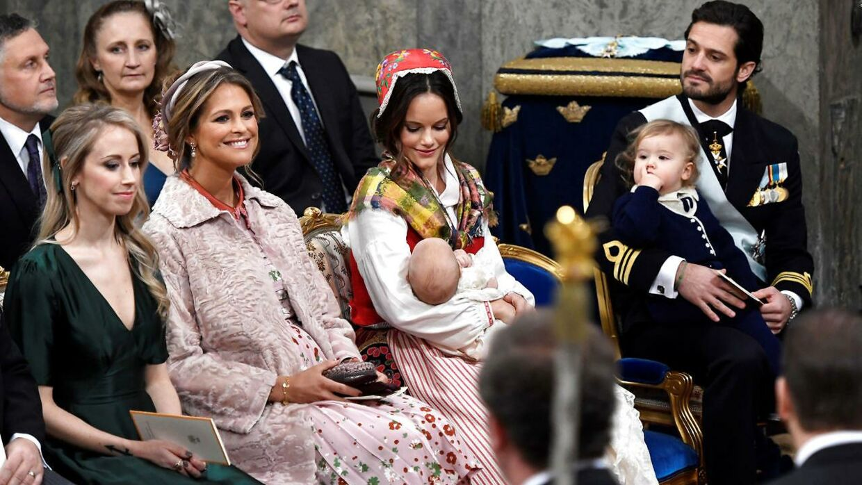 Prinsesse Madeleine ses her med sin svigerinde prinsesse Sofia, som holder sønnen Gabriel, mens hendes mand - prins Carl Philip - holder deres anden søn, Alexander.