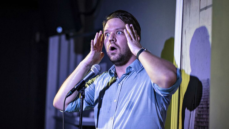 Standup komikeren Thomas Warberg giver show på sin klub på Versterbro.