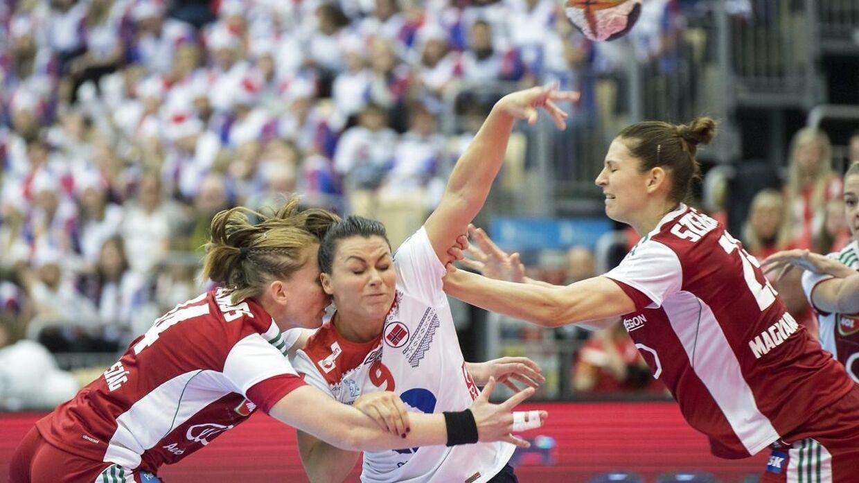 Nora Mørk (i midten) i aktion ved den igangværende VM-slutrunde.