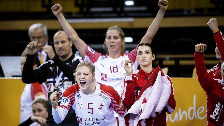 Fie Woller (her i overtræksdragt og med håndklæde) sammen med holdkammeraterne Sarah Iversen og Mette Tranborg.