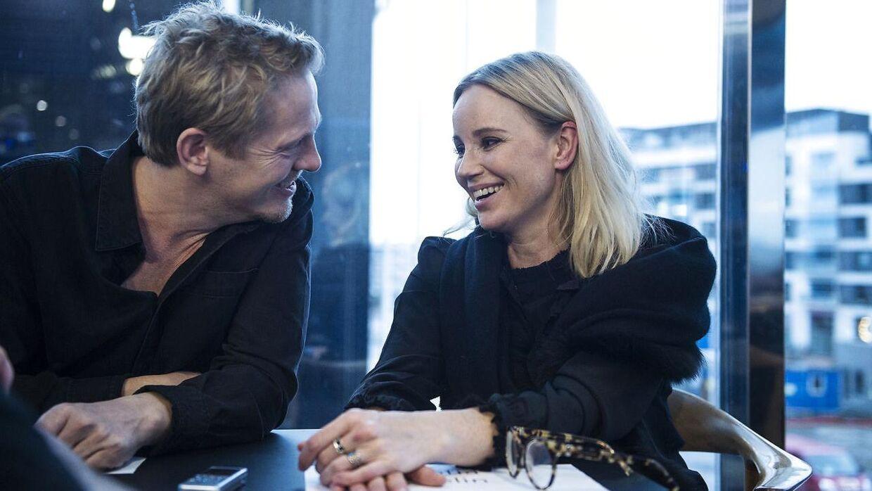 »Det er ikke altid, man bliver venner, når man indspiller sammen. Men i det her tilfælde har vi fundet den der særlige fortrolighed, som gør, at vi er blevet venner,« siger Thure Lindhardt og Sofia Helin, der spiller politiefterforskerne Henrik Sabroe og Saga Norén i krimiserien 'Broen', der har premiere på den sidste sæson d. 1. januar. (Foto: Sarah Christine Nørgaard/Scanpix 2017)