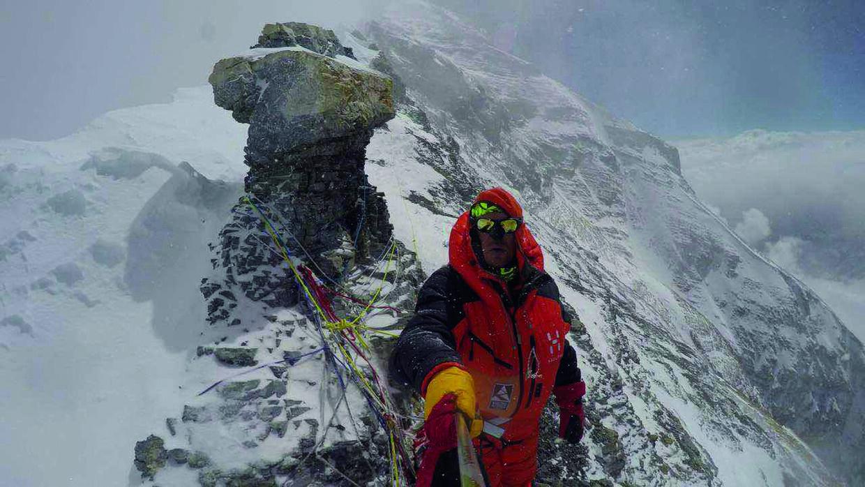 Rasmus Kragh i mere end 8.600 meters højde. Den 22. maj 2017 stod han ved stenformationen 'Mushroom rock' på Mount Everest. Kort efter måtte han vende om på grund af kraftig vind og storm. Privatfoto