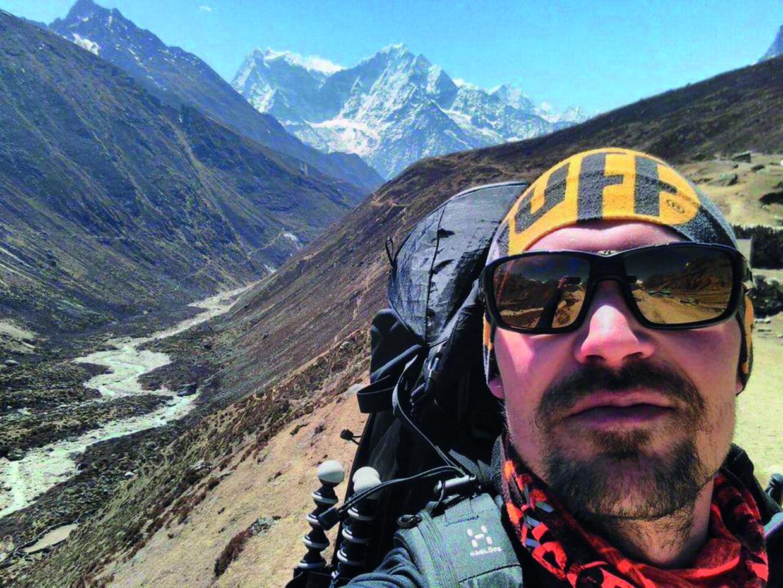 Selfie med solbriller – mens Rasmus Kragh ventede på sit visa til Tibet, brugte han en uge i Khumbu-regionen i det nordøstlige Nepal på at vandre og vænne sig til højderne. Privatfoto