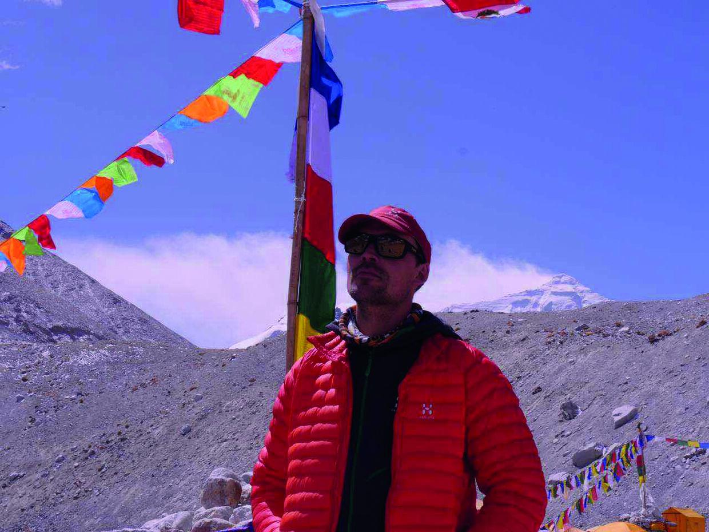 Den 21 april 2017 blev Rasmus Kraghs ekspedition velsignet af en buddhistisk lama ved et tempel på bjerget. Privatfoto