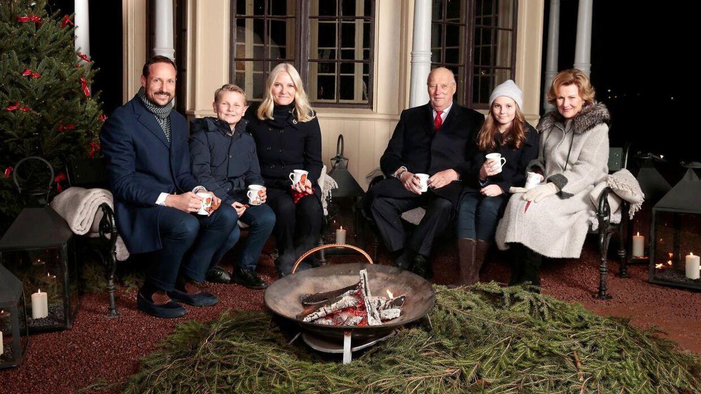 Den norske kongefamilie til et julebillede i haven, 2016.