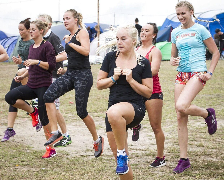 Det er blevet populært at træne sammen med andre og gerne med egen kropsvægt, så man kan træne hvor som helst, når som helst.