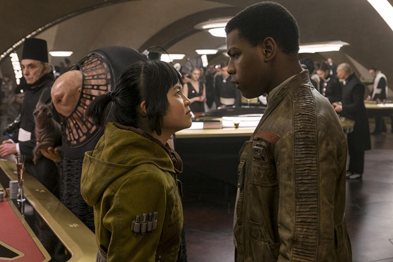 Mekanikeren Rose (Kelly Marie Tran) og den tidligere Stormtrooper, Finn (igen spillet af John Boyega) er i kasino-byen Canto Bight. Foto: Lukas Film LTD.