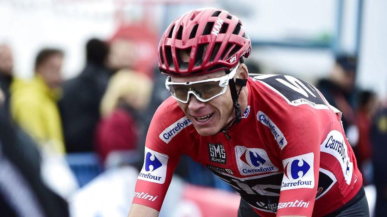 Chris Froome i den røde førertrøje under Vueltaen tidligere på året.
