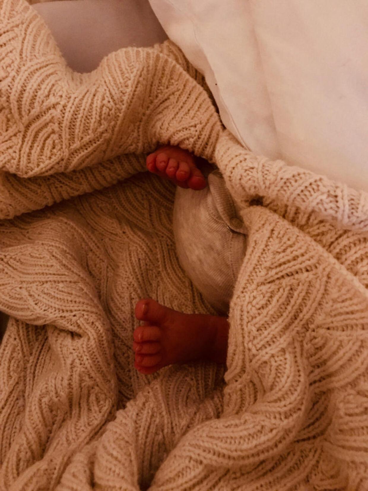 Jeanette Ottesens nyfødte datter viser fødderne frem.
