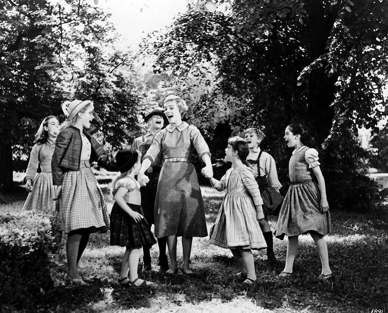Scene fra musicalen 'The Sound Of Music' som havde Julie Andrews i hovedrollen. Her ses hun med de syv Von Trapp børn. Forrest til venstre ses Heather Menzies-Urich i rollen som Louisa.