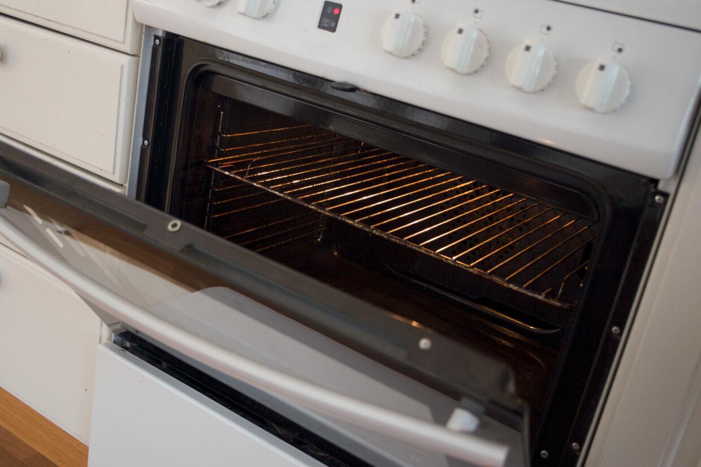 Der er ingen grund til at købe kemisk ovnrens for at få bugt med skidt, snavs og fedtrester i ovnen. Den gode, gamle brune sæbe er ideel til opgaven. Free/Colourpress.com