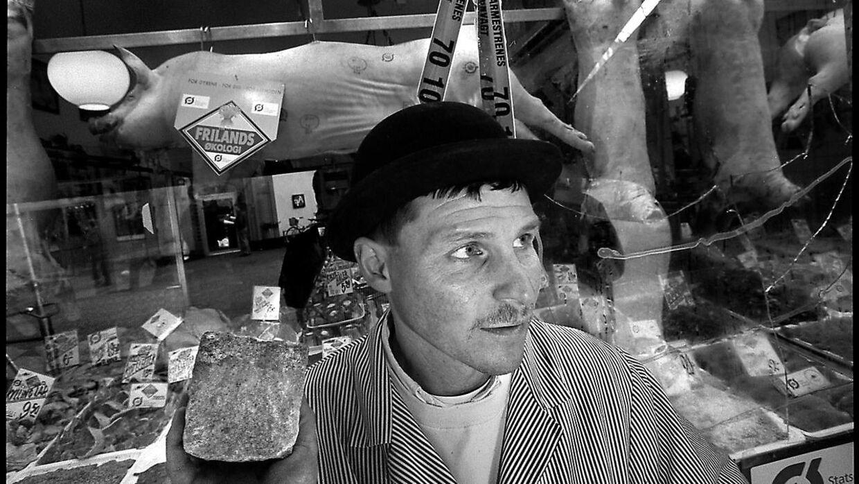 """Dette billede stammer fra 1999. Jens Slagter holder her en brosten i hånden, der blev kastet ind gennem butiksvinduet af """"Dyrenes Befrielsesfront"""". Det samme skete for en stribe andre slagtermestre i København."""