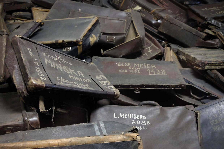 Arkivfoto af nogle af de tasker, som Oskar Gröning tømte for indhold, inden jøderne blev sendt direkte i gaskammeret.