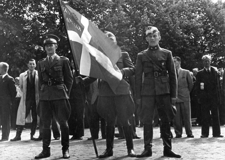 Mange unge danske officerer lod sig hverve til fremmed krigstjeneste i Frikorps Danmark. Her ses de med korpsets fane.