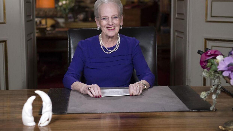 Her ses de to hvide figurer på skrivebordet under dronningens nytårstale.