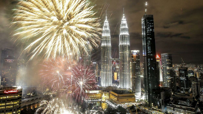 Her ses nytårsfyrværkeriet over Kuala Lumpur i Malaysia.