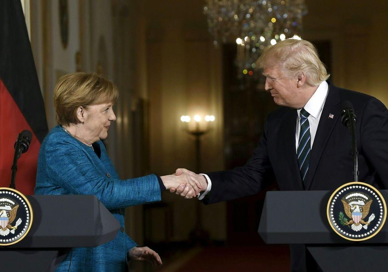 Efter deres møde mødte de to statsledere igen pressen. Her havde Trump ingen problemer med at give Merkel hånden.