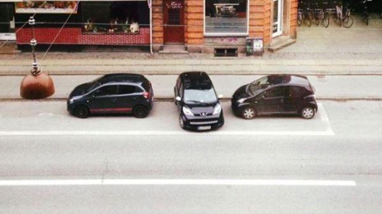 Denne parkering (bilen i midten) kastede en bøde af sig, men Ann Maibritt Ehlers klagede og fik den annulleret.