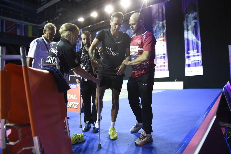 Sådan så det ud, da Joachim Fischer Nielsen skadet forlod VM-turneringen i badminton i Glasgow.