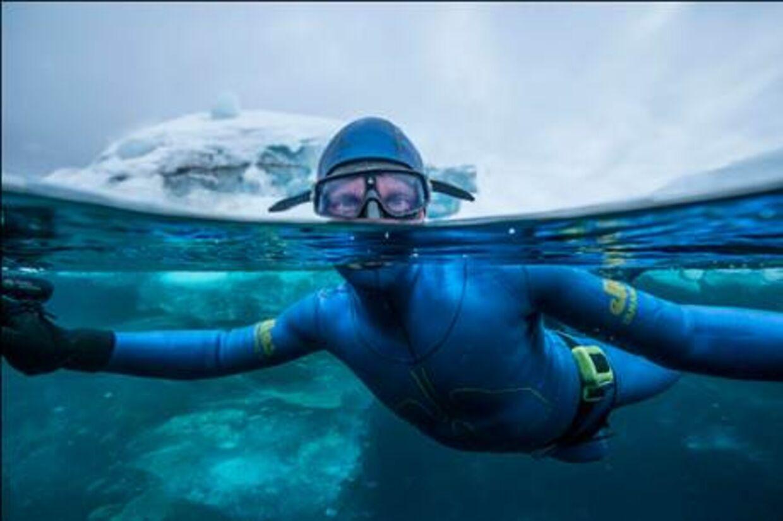 Den danske firedobbelte verdensmester i fridykning, Stig Åvall Severinsen, har sat ny verdensrekord. Han har svømmet længere end noget andet menneske under isen - udelukkende med våddragt og monofinne.