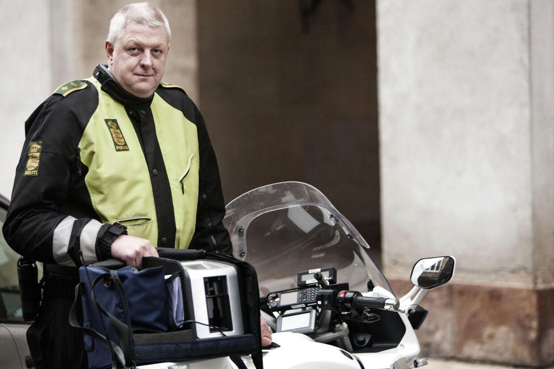 Politikommissær Mogens Knudsen, operativ leder i Københavns Politis Færdselsafdeling, viser gerne den nye sniffer frem.