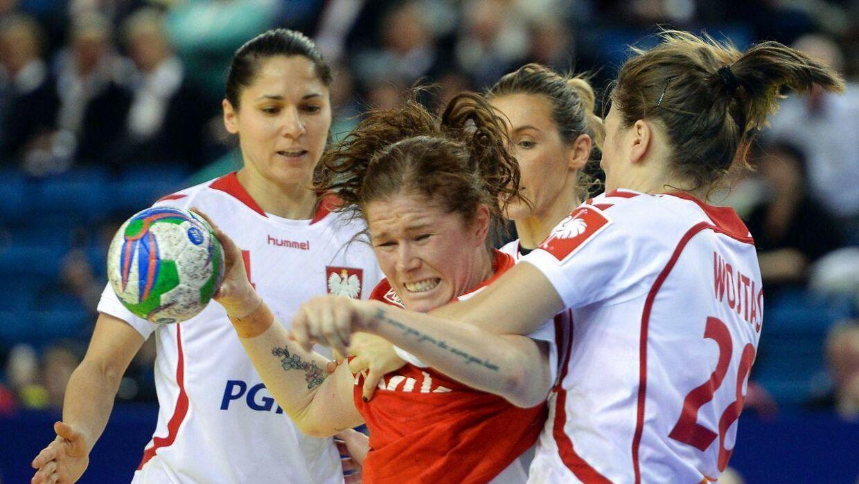 Mette Gravholt, i rødt, er fortid på det danske kvindelandshold i håndbold. Her ses hun i en kamp mellem Danmark og Polen.