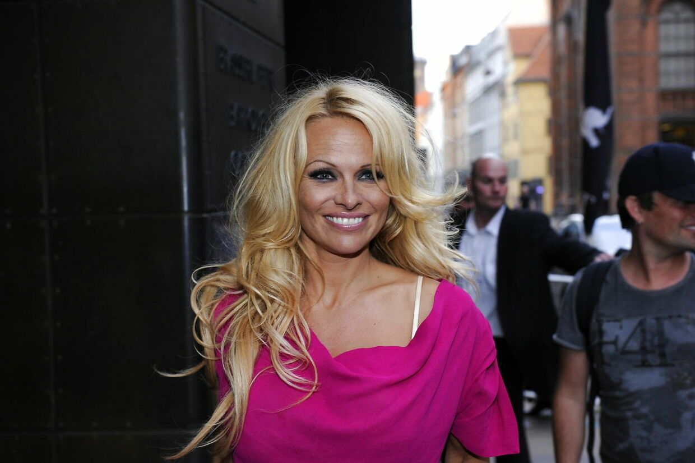 Pamela Anderson ankom søndag aften til First Hotel Skt. Petri i midten af København.