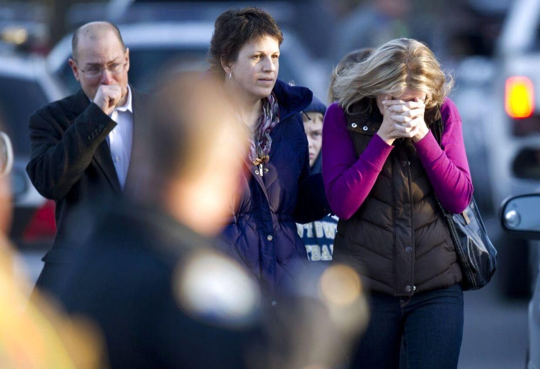Pårørende i Newtown hvor den vanvittige massakre fandt sted.