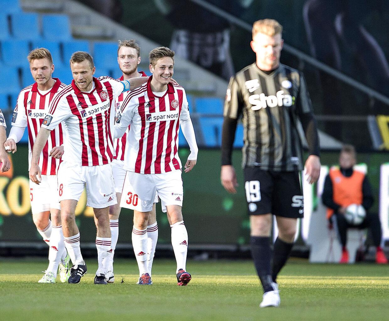 AaB-spillerne jubler over scoringen i tirsdagens Superliga-kamp mod Esbjerg, der blev besejret 1-0. Når forberedelserne til den ny sæson indledes 22. juni, skal de på stroppetur i de norske fjelde. Mon smilene så forstummer?