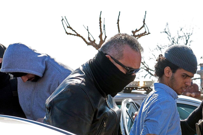 Den terrordømte svensker Mirsad Bektasevic, 29, ses her til venstre efter sin anholdelse forleden i Alexandroupolis i Grækenland, hvor han sammen med vennen Al Hasani Amer, 20, (t.h.) angiveligt var på vej mod Syrien. Under tilnavnet »Maximus« spillede Bektasevic en central rolle i den dansk-bosniske terrorsag, der i 2007 indbragte ham en straf på fængsel i otte år og fire måneder. I efteråret blev han ansat i Telenors kundetjeneste i Sverige og fik adgang til tusindvis af personfølsomme oplysninger.