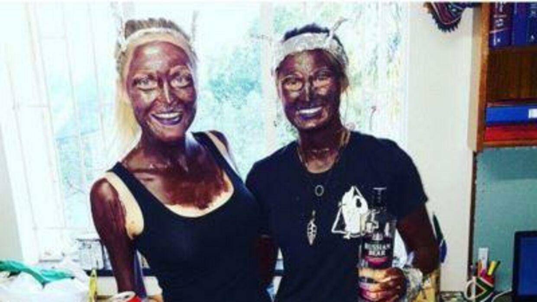 De to kvinder blev beskyldt for at klæde sig ud som sorte ved at male sig mørke i ansigtet. Men de havde selv en helt anden forklaring på deres udklædning.