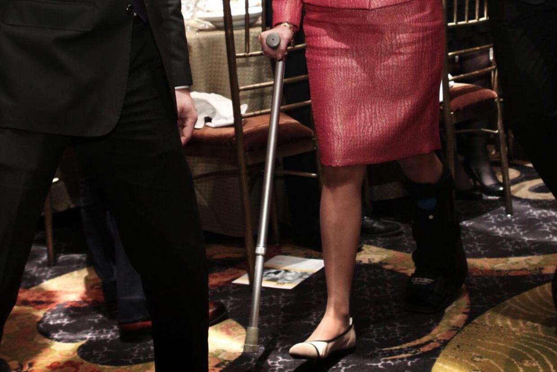 Dronning Silvia på krykker og med en stor skinne på benet, som hun slog i faldet.