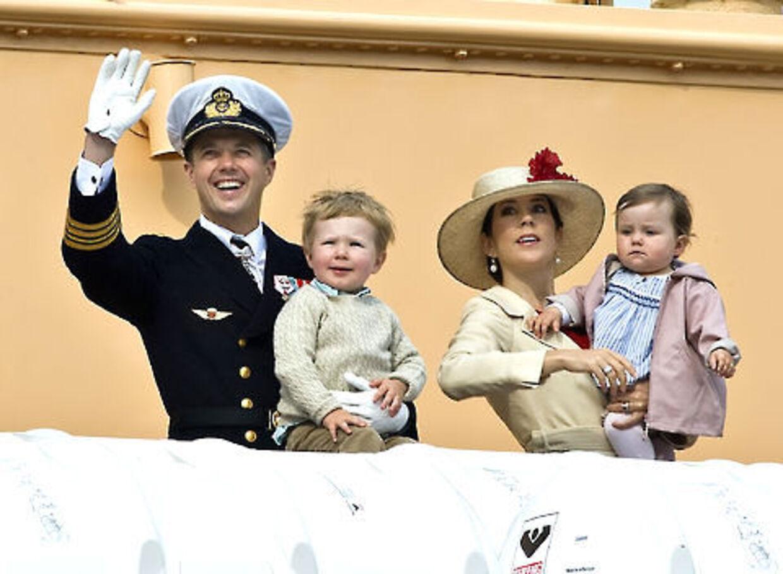 Prins Christian, her med mor og far og lillesøstere Isabella, undrer sig over, at den kongelige familie ikke har noget efternavn.