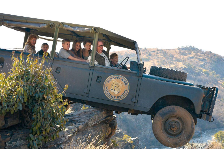 De fem børn og onkel Erik vinder en safaritur til Afrika, og pludselig er de i hælene på to onde krybskytter i 'Min søsters børn i Afrika'.
