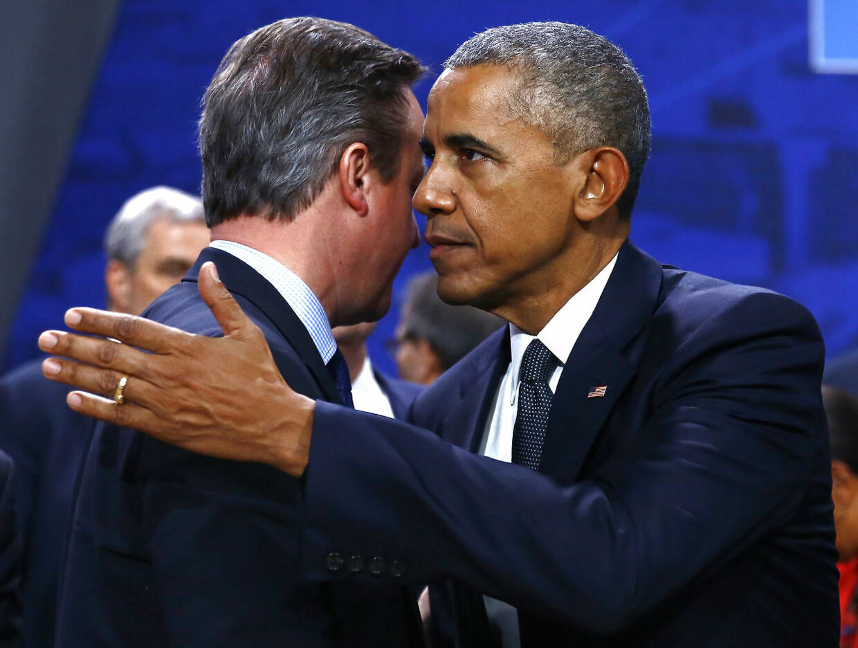 David Cameron (tv) og Barack Obama midt i et kram.