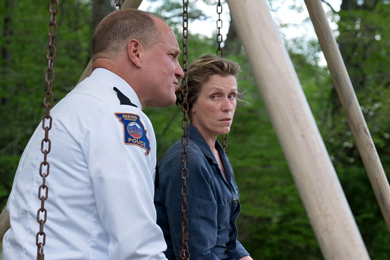 Byens politichef Willoughby er rørende godt spillet af Woody Harrelson. Foto: Nordisk Film