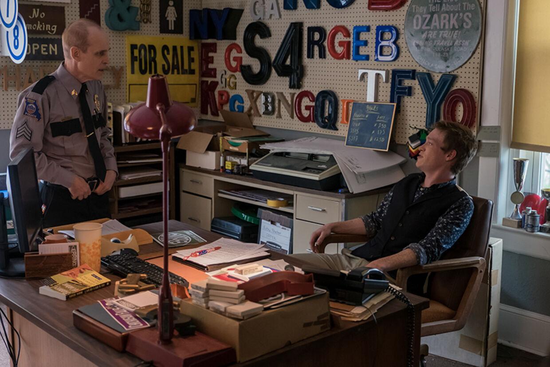 Zeljko Ivanek spiller den lidt venligere betjent og Caleb Landry Jones er reklamemanden Red Welby. Foto: Nordisk Film