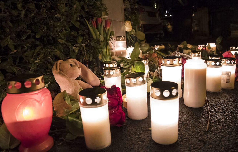 Blomstrer og lys foran huset i Bjärred i Sverige, hvor fire familiemedlemmer er fundet døde.