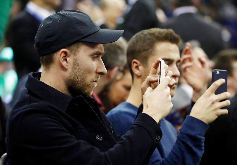 Christian Eriksen fik foreviget NBA-showet på sin mobil