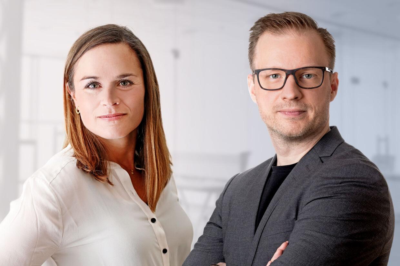 Psykologerne Vibeke Lunding-Gregersen og Henrik Tingleff har skrevet bogen 'Hjernen på overarbejde - derfor er compassion vores vej til et bæredygtigt samfund'. Foto: Sif Meincke og Claus Sall.