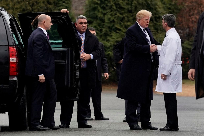 Præsident Donald Trump blev fredag eftermiddag undersøgt af læge Ronny Jackson (til højre) på militærhospitalet Walter Reed. Reuters/Yuri Gripas