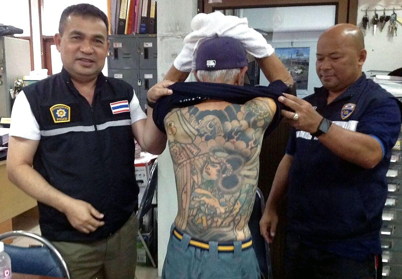 Her ses Shigeharu Shirai og hans tatoveringer blive vist frem af politiet i Thailand.