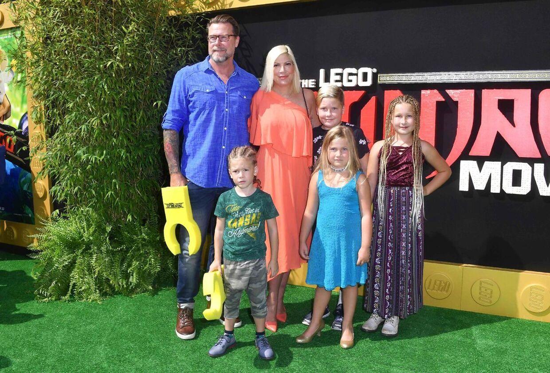 ARKIVFOTO af Tori Spelling med sin mand og fire af deres børn til en filmpremiere i september 2017.